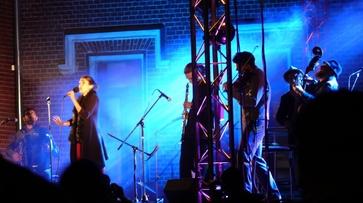 Группа Barcelona Gipsy balKan Orchestra сыграла еврейский свадебный марш под Воронежем