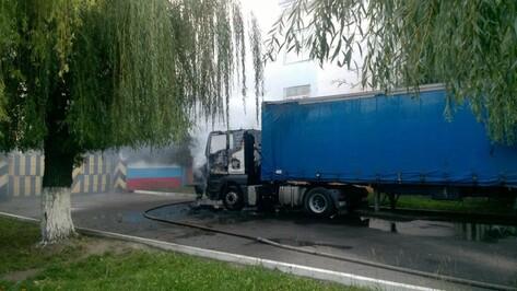В Воронеже загорелась кабина грузовой машины