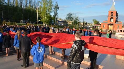 В Верхней Хаве школьники провели акцию «Полотно Победы» и спели военные песни