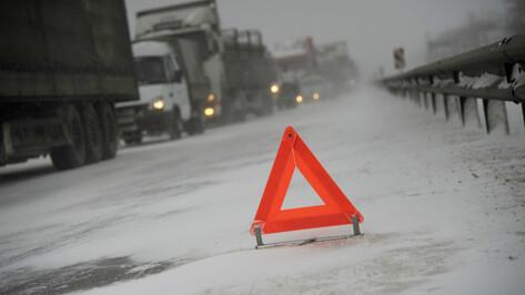 КамАЗ протаранил легковушку в Воронежской области: водитель умер в больнице