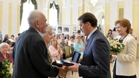 В День семьи, любви и верности 19 воронежских пар получили медали