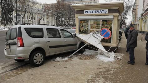 В центре Воронежа «Лада» столкнулась с автобусом и въехала в киоск: пострадали двое