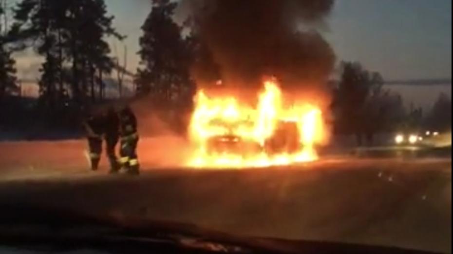 В Воронеже горящий на Левом берегу маршрутный «ПАЗ» попал на видео