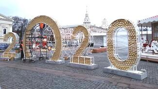 На площади Ленина в Воронеже начали монтировать новогодние декорации