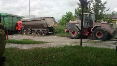 В Воронежской области «КАМАЗ» врезался в поезд: погиб водитель