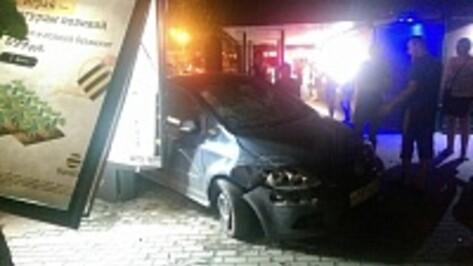 В центре Воронежа Volkswagen сбил женщину и врезался в остановку (ФОТО)