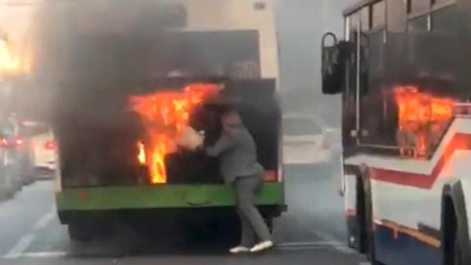 Воронежцы потушили загоревшийся маршрутный автобус