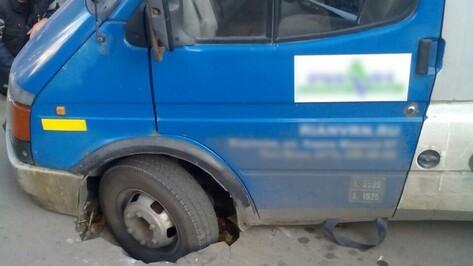 В Воронеже асфальт снова провалился под автомобилем