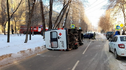 KIA опрокинул машину скорой помощи в Воронеже