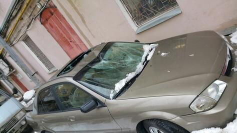В Воронеже на улице Плехановская ледяная глыба разбила иномарку