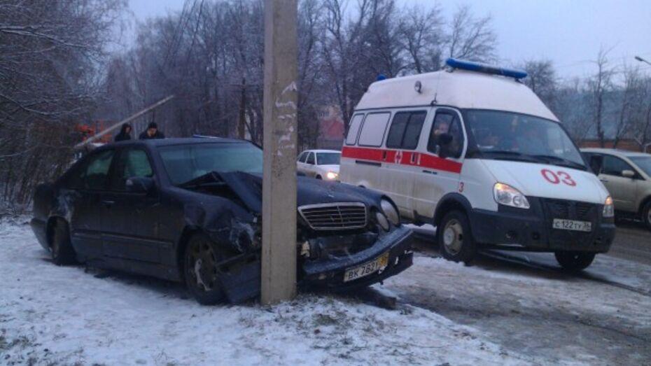 «Мерседес» столкнулся со скорой и врезался в столб на улице Тимирязева в Воронеже