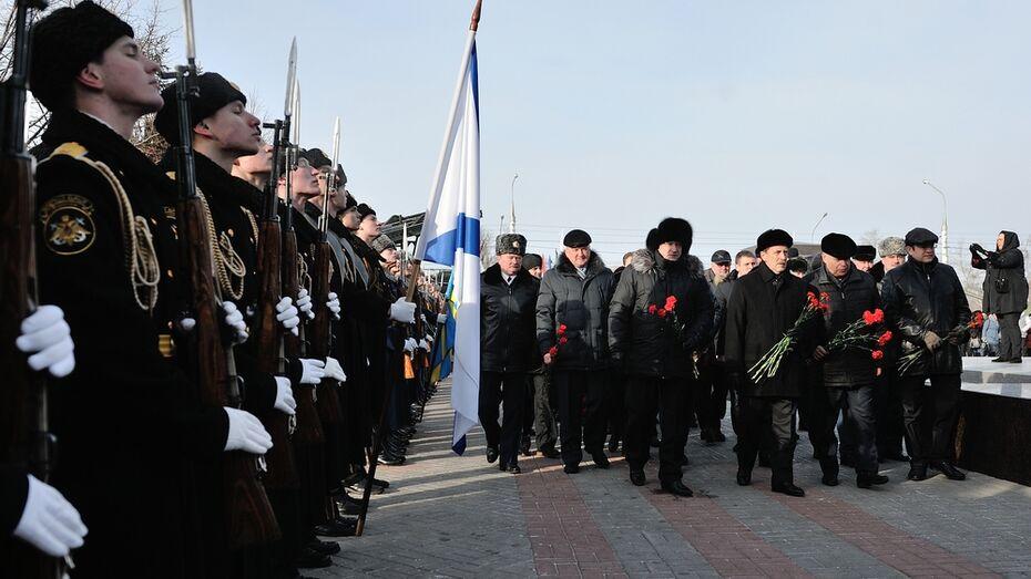 В День освобождения Воронежа горожане возложили венки к стеле «Город Воинской Славы»