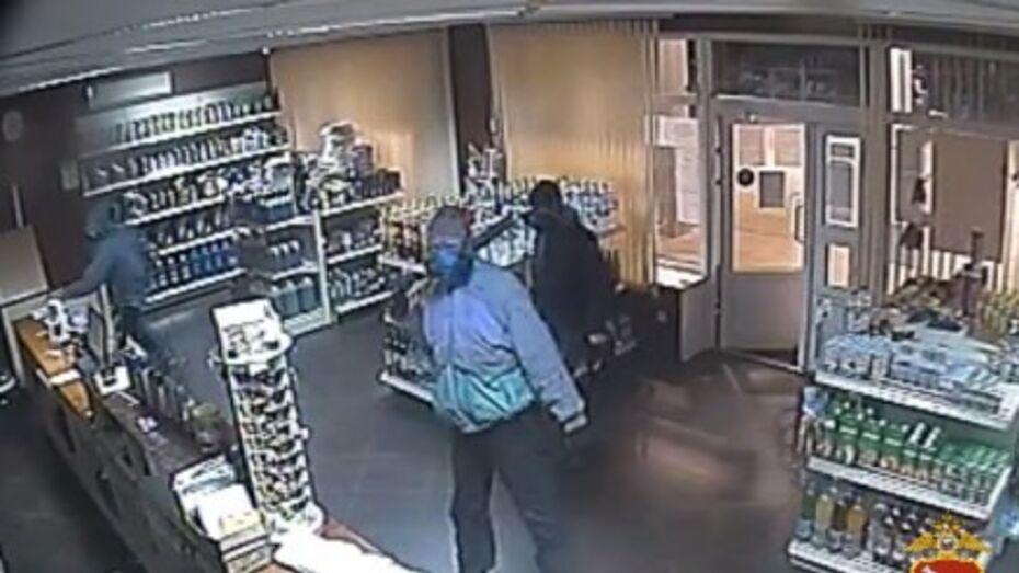 Вооруженное ограбление заправки в Воронежской области попало на видео