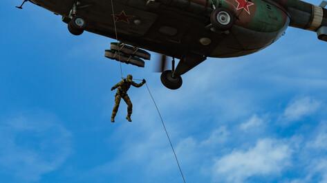 Воронежские вертолетчики отработали беспарашютное десантирование в Калужской области
