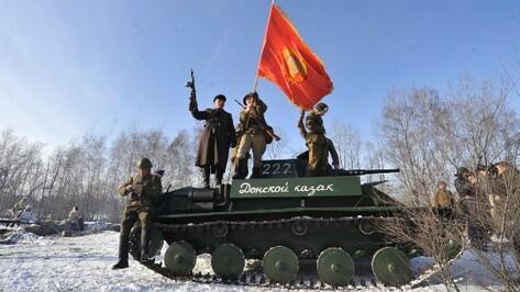 В реконструкции битвы за Воронеж участвовали три сотни человек, машины, танк, самолет и парашютисты