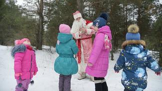 «Я сам поверил в Деда Мороза». Охранник из Россоши уже 18 лет несет детям праздник