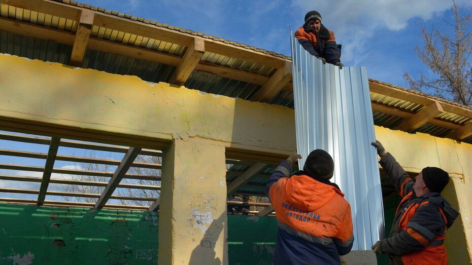 В нижнедевицком селе восстановили поломанную вандалами остановку