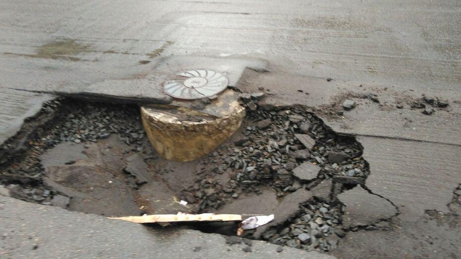 Воронежские автомобилисты предупредили о яме на улице 45 Стрелковой дивизии