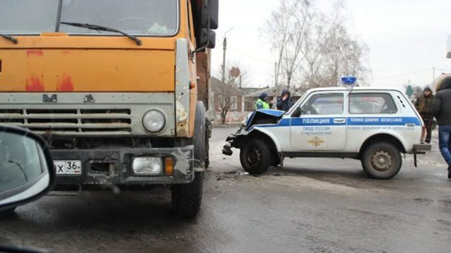 Новоусманский полицейский на служебной «Ниве» врезался в «КамАЗ»