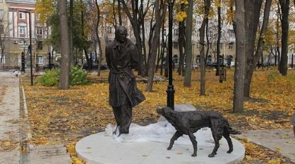 Воронежцы заметили памятник Троепольскому и Биму до официального открытия