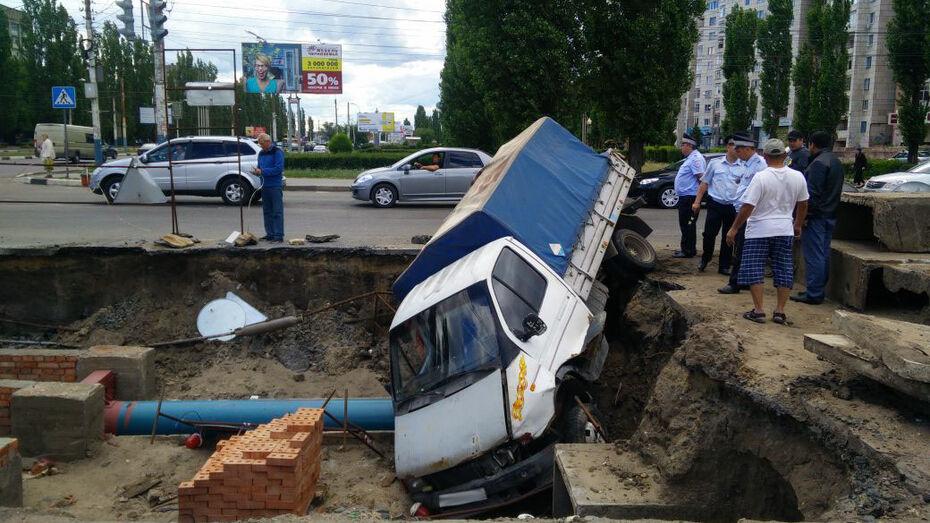 Автомобиль «Газель» упал в котлован на улице Остужева в Воронеже