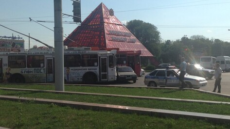 В Воронеже из-за аварии на кольце у Памятника Славы встали троллейбусы
