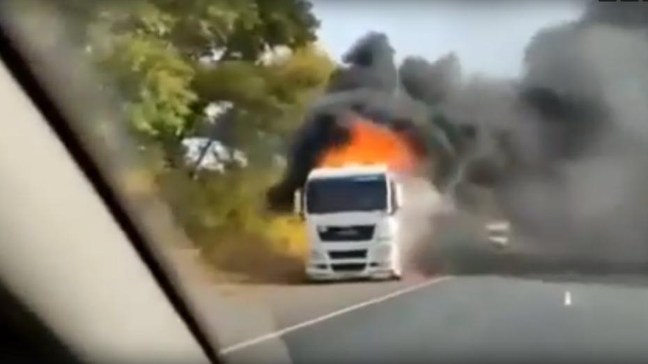 Горящая на воронежской автодороге фура попала на видео
