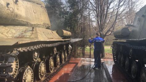 В Воронеже помыли военную технику у музея «Диорама»