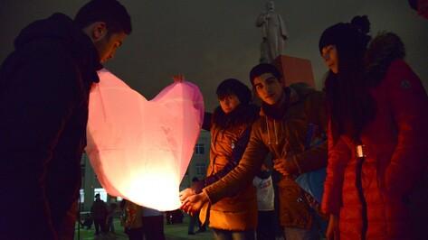 Семилукцы запустили 186 воздушных фонариков ради 6-летней девочки с ДЦП