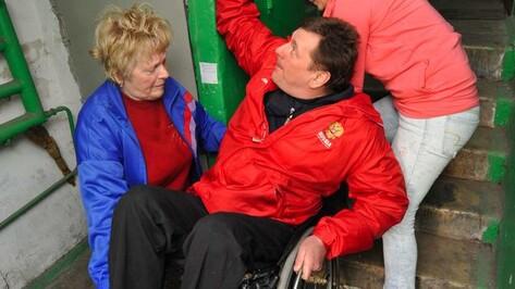 Известный воронежский паралимпиец каждый день спускается по лестнице с 4 этажа на инвалидной коляске