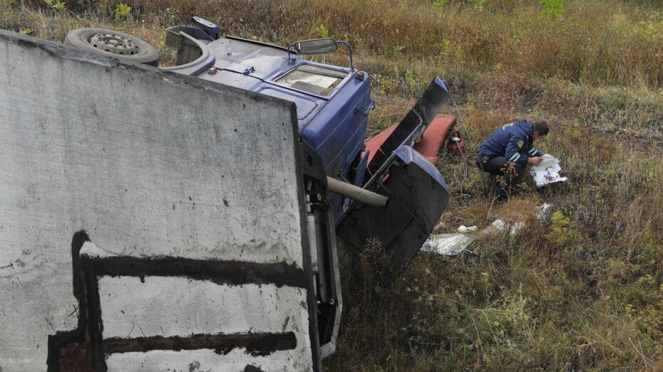 В Воронежской области перевернулась фура: водитель погиб