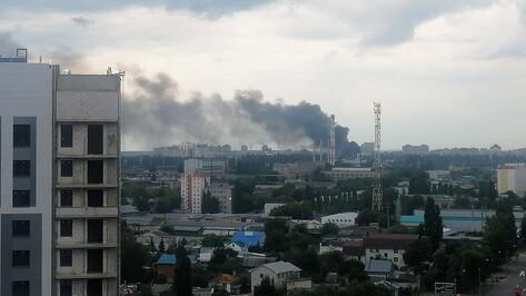 Заброшенный склад загорелся в Юго-Западном районе Воронежа