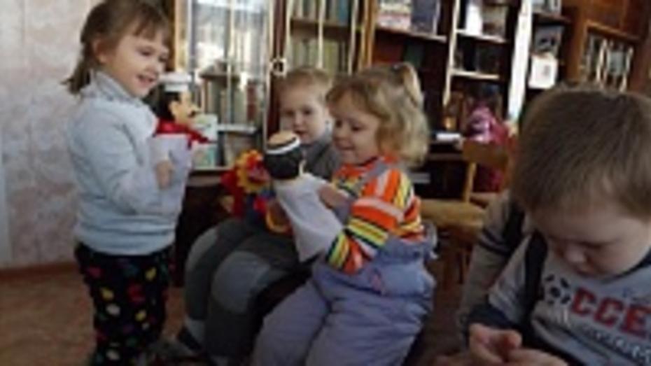 В аннинские детские сады заехал библиобус