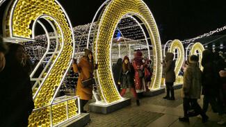 Новогодние украшения на площади Ленина в Воронеже простоят до Крещения