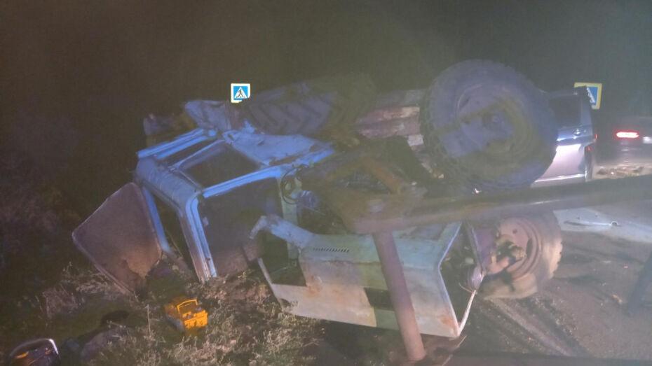 Два пассажира минивэна погибли в столкновении с трактором в Воронежской области