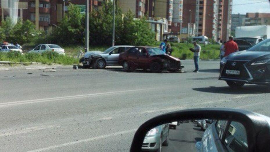 В Воронеже столкнулись 3 иномарки: двое водителей пострадали