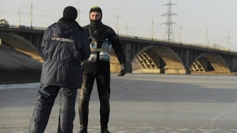 В Воронеже спасатели помогли лежавшему на льду водохранилища мужчине