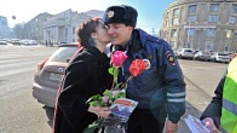 В канун 8 Марта автоинспекторы дарили воронежским автоледи розы