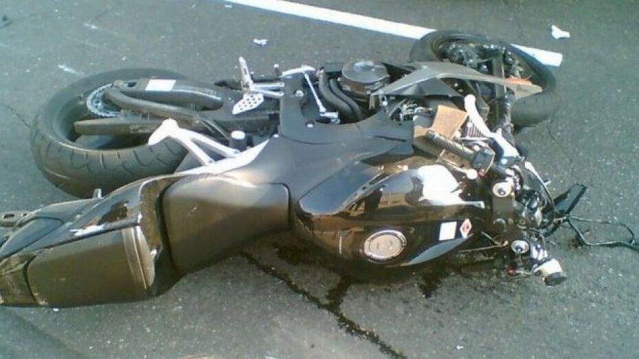 В Ольховатке 19-летний мотоциклист врезался в железное ограждение дома
