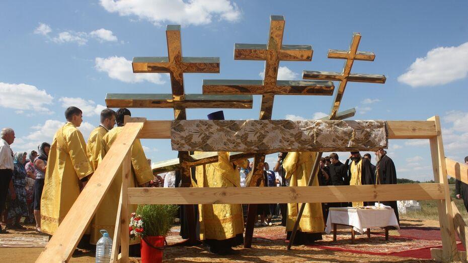 В хохольском селе освятили кресты и колокола нового храма