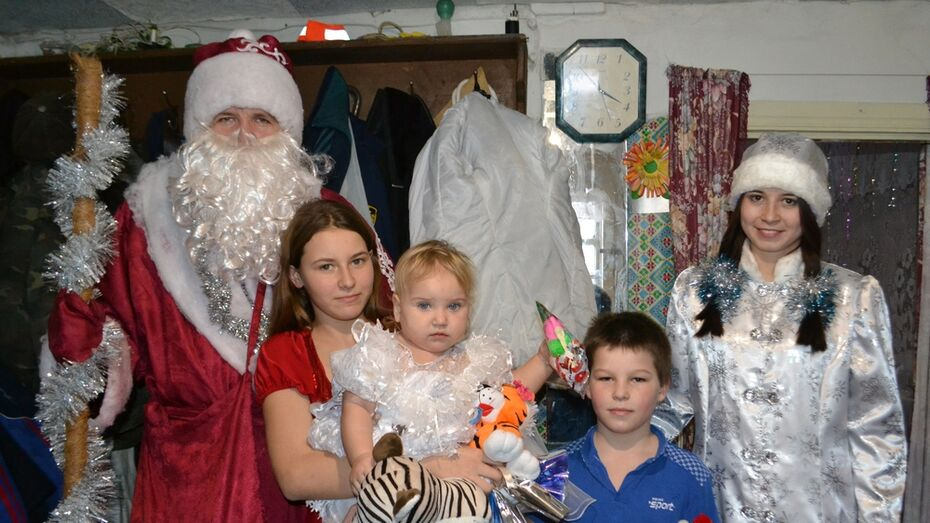 Ольховатские журналисты поздравили с Новым годом 17 детей из многодетных семей