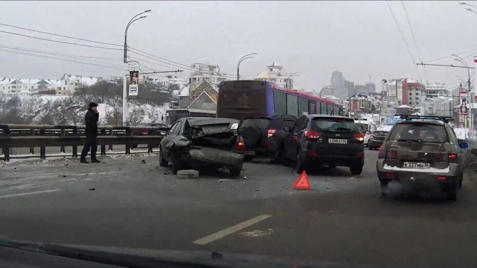 В Воронеже на набережной Массалитинова гололед столкнул 9 машин