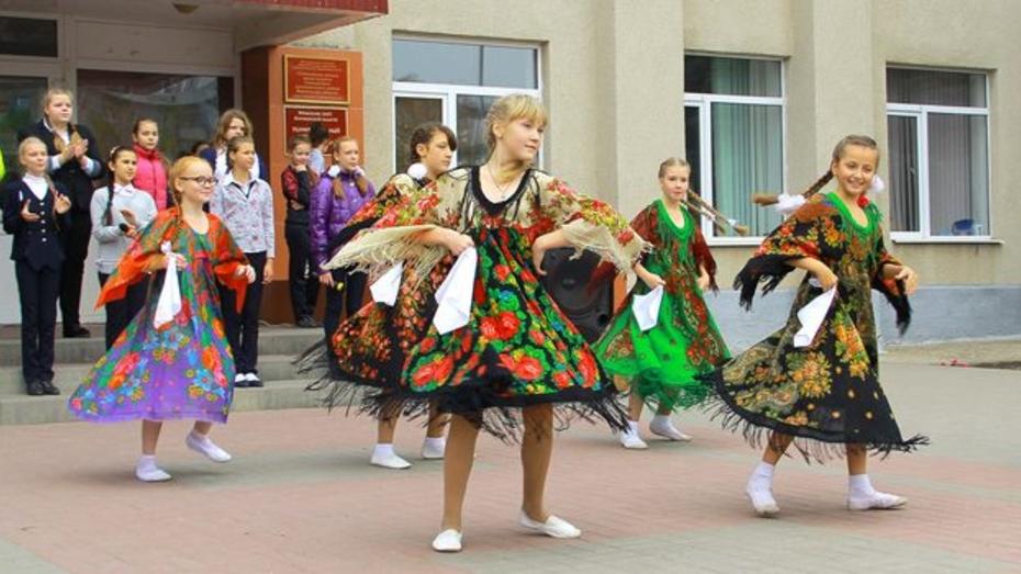 В Семилуках прошел посвященный скорому 70-летию победы флешмоб