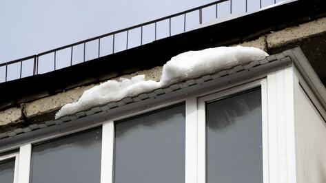 В Воронеже на улице 9 Января глыба льда упала на парня