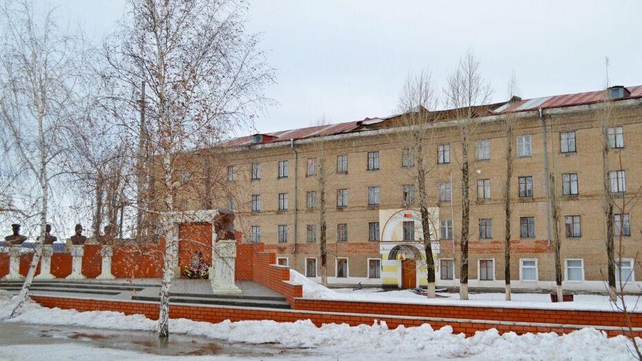 В Бутурлиновке сильный ветер повредил крышу общежития и ограду храма