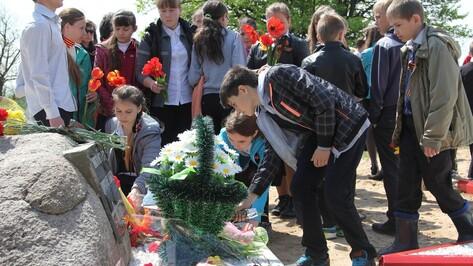 Под Новохоперском на месте падения сбитого советского самолета открыли памятный знак