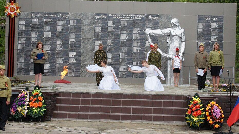 В богучарском селе открыли реконструированный мемориал