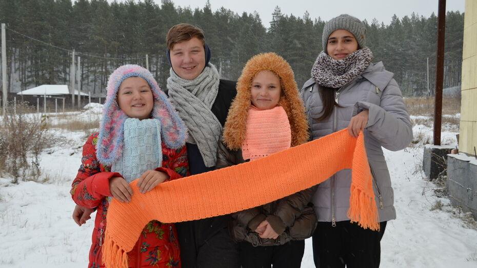 Семилукских рукодельниц попросили связать шарфы для пожилых одиноких пенсионеров
