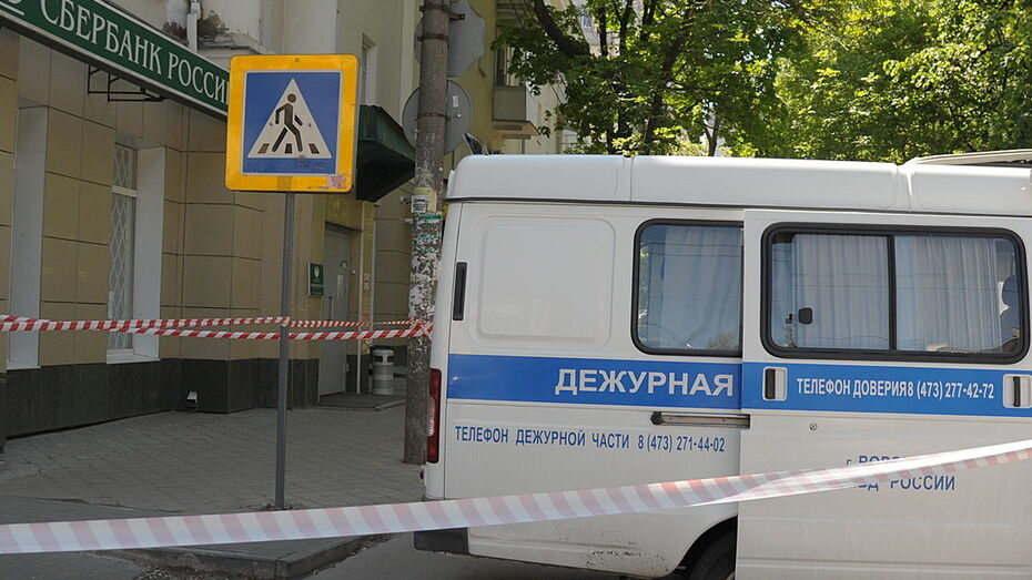 СМИ: У погибшего в банке в Воронеже мужчины нашли макет бомбы