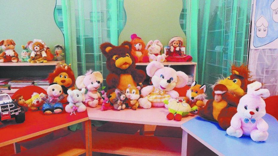 Колбинской библиотеке Репьевского района  подарили мешок игрушек